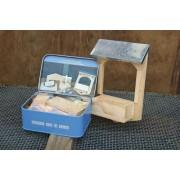 Build your own bird feeder (in a tin)